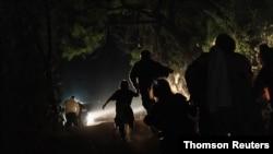 지난달 27일 멕시코에서 미국 텍사스주 인접 국경을 넘은 일가족이 미 국경수비대원에게 달려가고 있다. (자료사진)