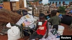 지난 2014년 2월 짐바브웨 하라에 남부 마을에서 홍수로 집을 잃을 어린이들이 임시 거처에서 구호용품을 사용하고 있다.