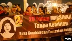 Aksi di Bundaran HI Jakarta yang menuntut penuntasan kasus kematian Marsinah, yang dibunuh 20 tahun lalu. (VOA/Andylala Waluyo)
