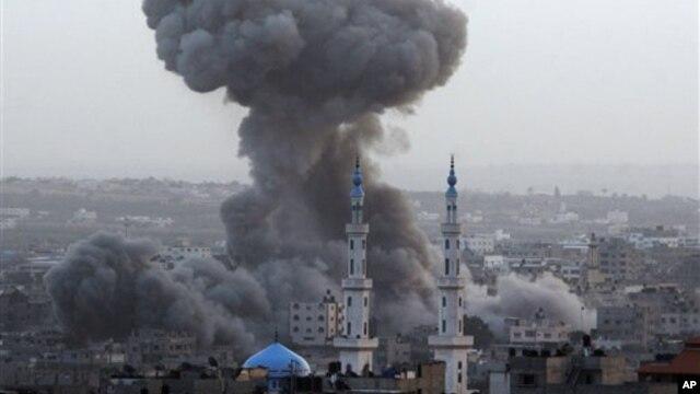Asap hitam mengepul ke udara setelah pesawat-pesawat tempur Israel menyerang kantor perdana menteri, kantor polisi, dan kediaman komandan militer, serta gudang dan terowongan penyelundupan senjata di Gaza. (foto: 11/17/2012).