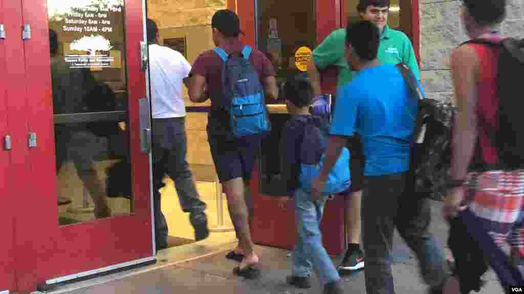 Las autoridades locales lo abrieron debido al gran número de migrantes y luego de que Catholic Community Services, que ha estado recibiéndolos, pidiera asistencia.