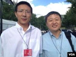 普渡大学教授钱永平先生(右)和博士伊强 (美国之音宁馨拍摄)