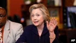 La candidate démocrate Hillary Clinton donne une conférence de presse à Williamson, le 2 mai 2016.