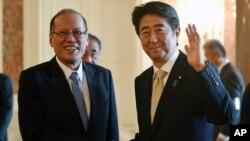 Tổng thống Philippine President Benigno Aquino và Thủ tướng Nhật Bản Shinzo Abe (phải) trong cuộc đàm phán song phương hôm 4/6.