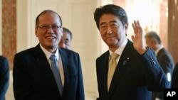 日本首相安倍在东京会晤到访的菲律宾总统阿基诺(左)(2015年6月4日)