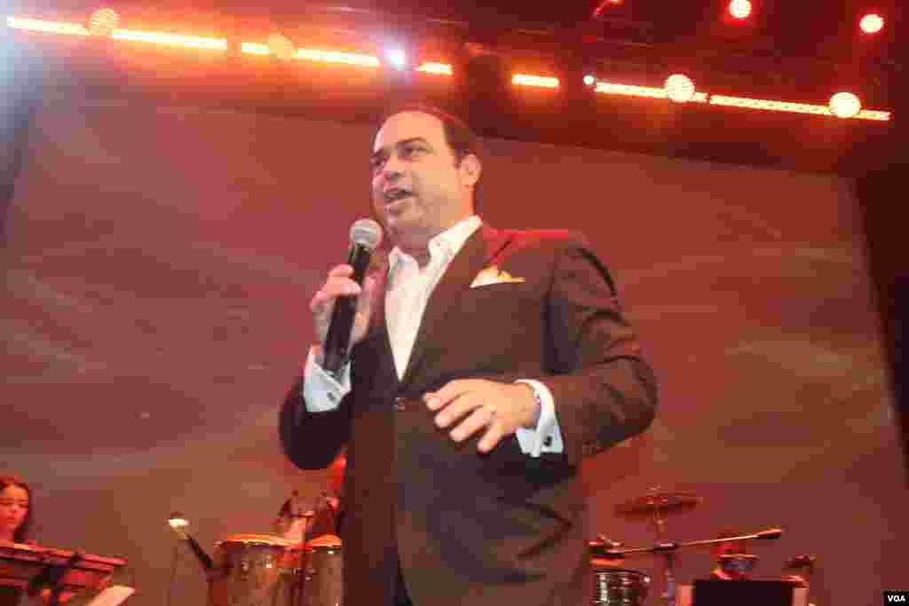 """Gilberto Santa Rosa hizo gala de su nombre artístico y se mostró todo un """"caballero"""" al bailar a ritmo de salsa sobre el escenario."""