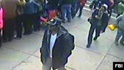 Fotoğraf ve videolarda, şüpheli şahısların ikisinin de koyu renk sırt çanta taşıdığı, birinin beyaz beysbol şapkasını ters olarak giydiği, diğerinin de siyah bir şapka giydiği gözleniyor