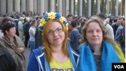 Девушки с украинской символикой