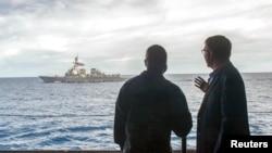 美國國防部長·卡特(右)訪問馬來西亞期間,與美國的海軍司令羅伯特C.弗朗西斯(左),在羅斯福號航空母艦上。