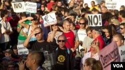 Para demonstran Spanyol melakukan unjuk rasa di Lapangan Puerta del Sol, Madrid menentang langkah reformasi ekonomi pemerintah (foto: dok).