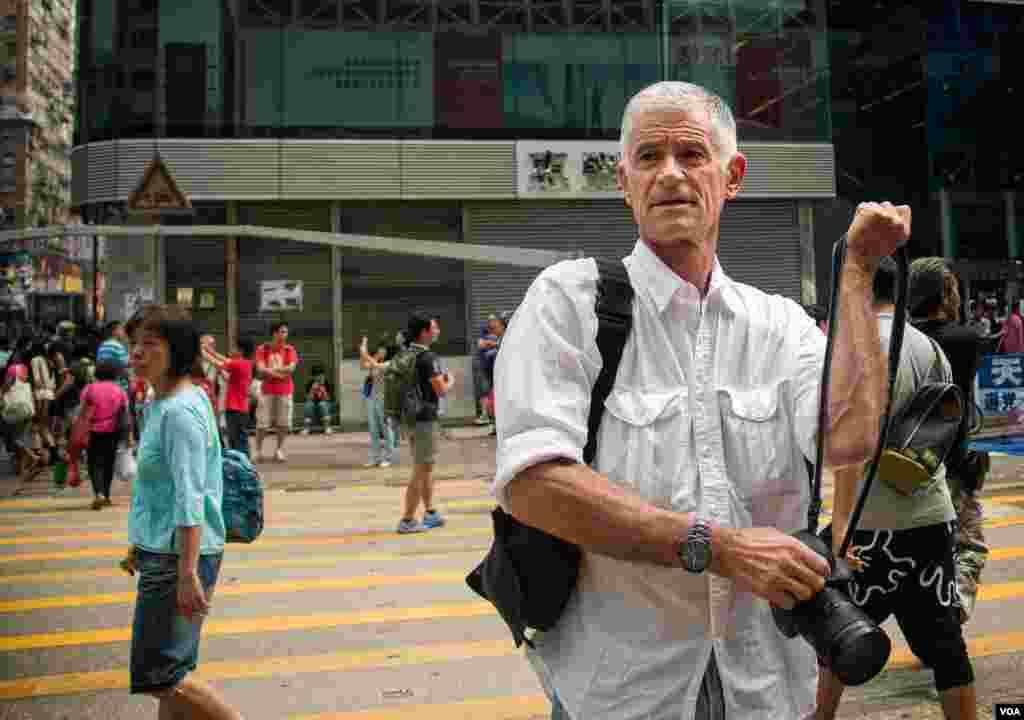 美国著名战地摄影师James Nachtwey出现在香港旺角的占中现场 (美国之音方正拍摄)