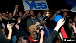 Warga Skotlandia pendukung pemisahan dari Inggris dalam kampanye di Edinburgh, 19 September 2014 (foto: dok). Mereka kini mendapat dorongan untuk melakukan referendum kedua setelah Inggris memutuskan keluar dari blok Uni Eropa.