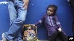 Migrantes de El Salvador esperan ser atendido por las autoridades migratorias de su país en La Hachadura, El Salvador, el 31 de octubre de 2018.