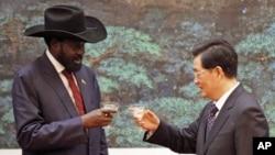 Tổng thống Nam Sudan Salva Kiir Mayardit và Chủ tịch Trung Quốc Hồ Cẩm Đào tại Sảnh đường Nhân dân ở Bắc Kinh, ngày 24/4/2012