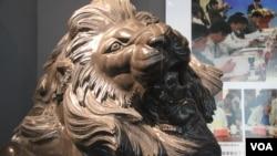 河北保定中国雕刻之乡最近生产的一只吹胡子瞪眼的石狮子。(美国之音 东方拍摄)