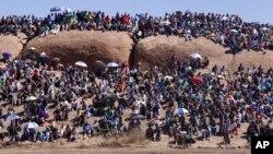 Residentes de Marikana reuniram-se para celebração do primeiro aniversário do massacre na mina de platina de Marikana, África do Sul, 16 Ago. 2013.