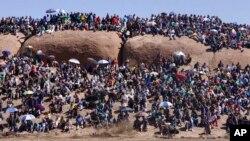Warga menghadiri kebaktian untuk mengenang para penambang yang tewas dalam aksi mogok menuntut kenaikan upah setahun yang lalu di Marikana, Afrika Selatan (16/8).