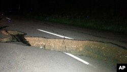 Retakan besar di jalan di Christchurch akibat gempa besar di Pulau Selatan, Selandia Baru, Senin (14/11). (AP/Joe Morgan)