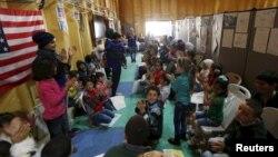 Дети сирийских беженцев в посольстве США, где их родители оформляют документы на переезд в штаты. Амман. Иордания. 6 апреля 2016 г.