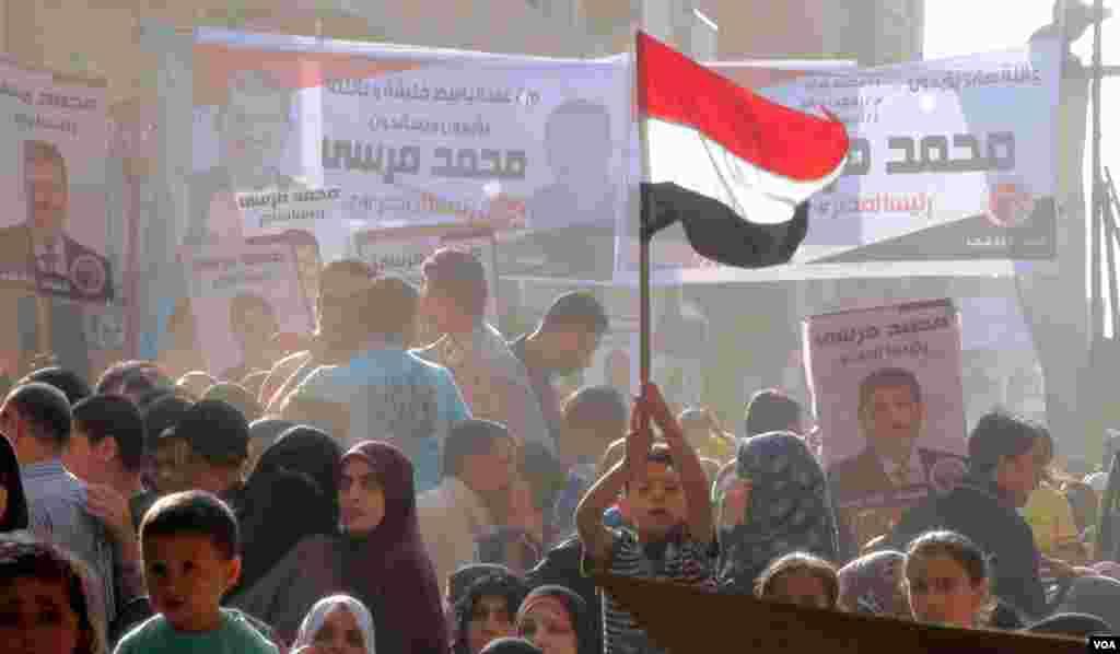 Militer Mesir mengizinkan pemilihan presiden pada pertengahan 2012. Kampanye diadakan untuk setiap kandidat di seluruh negeri. Foto diambil di Edwa, 23 April 2012.