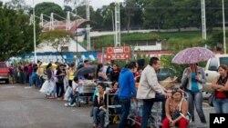 Patrons line up on a supermarket parking lot in San Cristobal, Venezuela, Jan. 22, 2015