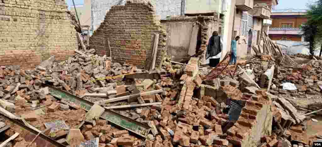 زلزلے کا مرکز صوبہ پنجاب کے شہر جہلم سے پانچ کلو میٹر شمال میں تھا، جب کہ زلزلے کی زمین میں گہرائی 10 کلو میٹر تھی