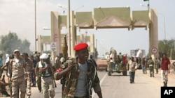 ພວກນັກລົບຕໍ່ຕ້ານກາດດາຟີຢືນຍາມ ຫຼັງຈາກພວກເຂົາເຈົ້າເຂົ້າຢຶດເອົາປະຕູຂົງ El-Khamseen ຊຶ່ງຕັ້ງຢູ່ທາງ ທິດຕາເວັນອອກຂອງເມືອງ Sirte ບ້ານເກີດກາດດາຟີ (24 ກັນຍາ 2011)