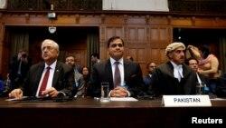 عالمی عدالت انصاف میں پاکستان کی ٹیم: اٹارنی جنرل انور منصور خان (بائیں)، وزارت خارجہ کے ترجمان محمد فیصل اور وکیل خاور قریشی (دائیں)