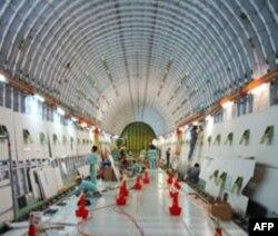 波音工人正在组装787梦幻客机