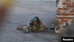 Un soldado ucraniano durante la ofensiva para recapturar el aeropuerto de Kramatorsk.