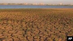가뭄으로 바닥이 들어난 호수 (자료사진)