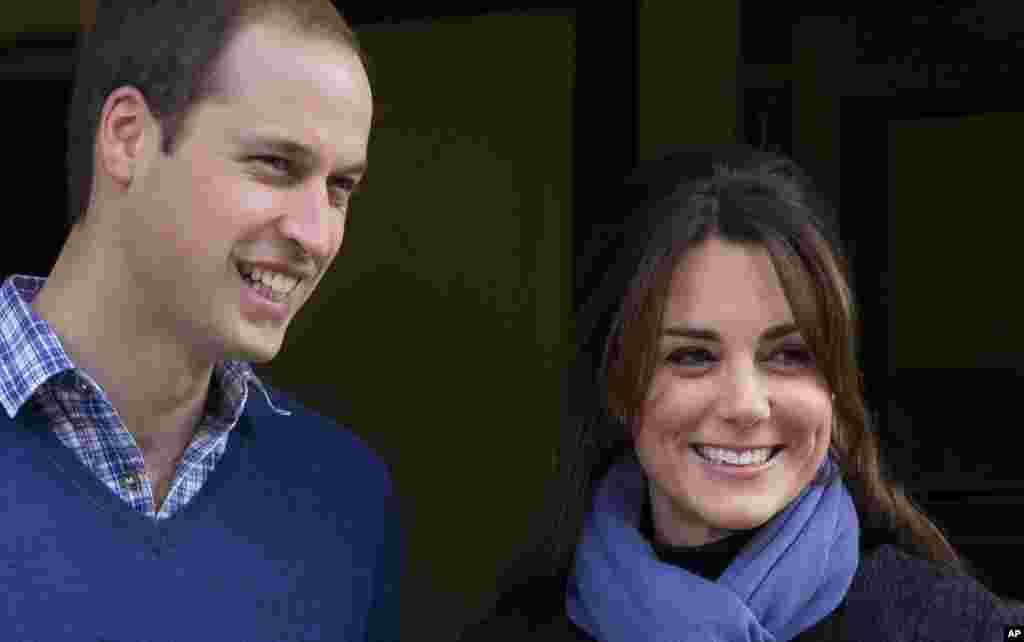 El príncipe William y su esposa Kate, la duquesa de Cambridge en una foto de archivo de diciembre de 2012, esperan su primer hijo.