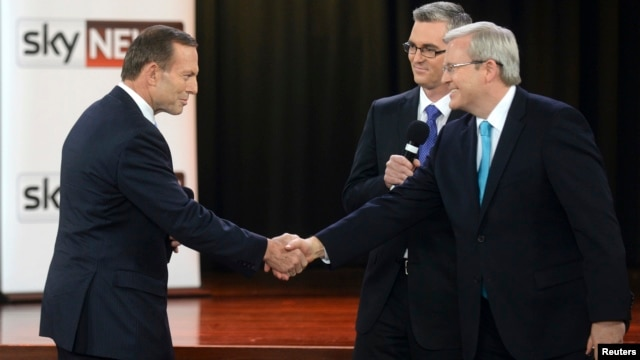 Australian Prime Minister Kevin Rudd (R) and opposition leader Tony Abbott shake hands during the People's Forum in Sydney, Aug. 28, 2013.
