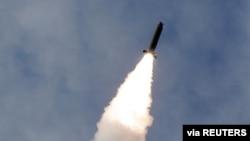 朝鲜近日发射的一枚弹道导弹(朝中社提供)。