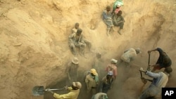 Miners dig for diamonds in Marange, eastern Zimbabwe. (file photo).