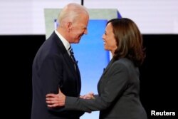 Mantan Wapres Joe Biden (kiri) dan Senator Kamala Harris dalam Debat Capres Partai Demokrat.