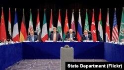 Šefovi diplomatije SAD i Rusije, Džon Keri i Sergej Lavrov sa specijalnim izaslanikom UN za SIriju, Stafanom de Misturom (arhiva)