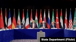 Menlu AS John Kerry bersama Menlu Rusia Sergey Lavrov, Utusan Khusus PBB untuk Suriah Staffan de Mistura, dan Wakil Sekjen PBB Jan Eliasson di Hotel Hilton, Munich, Jerman menjelang pertemuan ISSG (11/2).