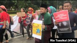 Para peserta pawai membawa poster-poster mendesak pengesahan RUU Penghapusan Kekerasan Seksual (RUU P-KS) di Jakarta, 8 Desember 2018. RUU P-KS mengatur secara spesifik sembilan bentuk kekerasan yang selama ini belum masuk di KUHP. (Foto: Rio Tuasikal/VOA)