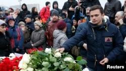 2015年2月28日,反对派活动人士伊利亚·亚辛(Ilya Yashin)在涅姆佐夫遇刺地点献花悼念。