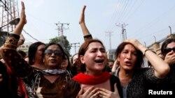 پشاور میں ایک خواجہ سراء کے قتل کے خلاف ان کی کمیونٹی کا احتجاجی مظاہرہ۔ 20 اگست 2018