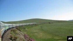 乌兰巴托-北京国际列车在蒙古大草原上奔驰