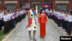 美国第一夫人米歇尔•奥巴马星期六与柬埔寨第一夫人参观暹粒市郊外的一所高中