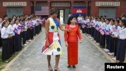 美國第一夫人米歇爾奧巴馬星期六在柬埔寨訪問,與柬埔寨總理洪森的夫人於學童見面。