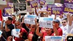 Representantes de sindicatos también se unieron a la serie de marchas y protestas en este caso frente a la Junta de Supervisores en Los Angeles.