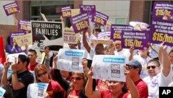 지난 19일 미국 캘리포니아주 로스앤젤레스 카운티에서 이민개혁 시행을 촉구하는 캠페인을 벌이고 있다.