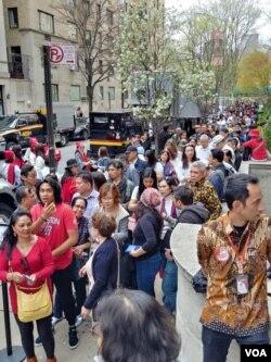 Antrian ratusan WNI yang hendak memberikan suara di KJRI New York meluber hingga ke 5th Avenue, Sabtu 13/4 (VOA/Naratama).