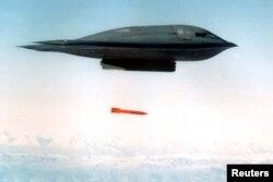 미 공군 B-2 스피릿 전략폭격기가 탄두를 제거한 B61-11 벙커버스터 폭탄을 투하하고 있다.
