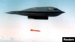 미국 미주리주 화이트먼 공군기지에서 이륙한 B-2 스피릿 폭격기가 모처에서 실시한 폭격훈련에서 탄두를 제거한 B61 폭탄을 투하하고 있다. (자료사진)