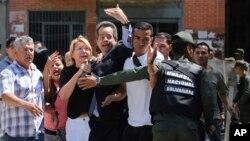 """""""Estamos ante un poder de facto, porque no es un gobierno, aquí no hay gobierno"""", dijo el sábado tras ser destituida la fiscal Luisa Ortega Díaz (tercera desde la izquierda)."""